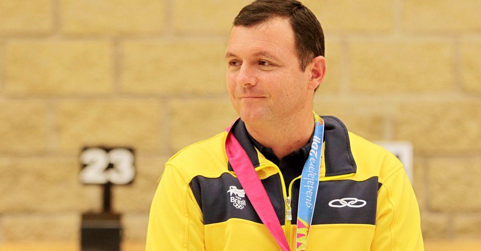 Julio recebe a medalha de bronze no tiro esportivo, categoria pistola de ar de 10m