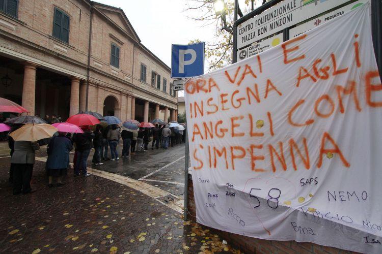 A chuva não espantou os fãs de Marco Simoncelli. Centenas de pessoas foram ao velório do piloto italiano na cidade de Coriano, onde vive sua família, e levaram cartazes, como o desta imagem: