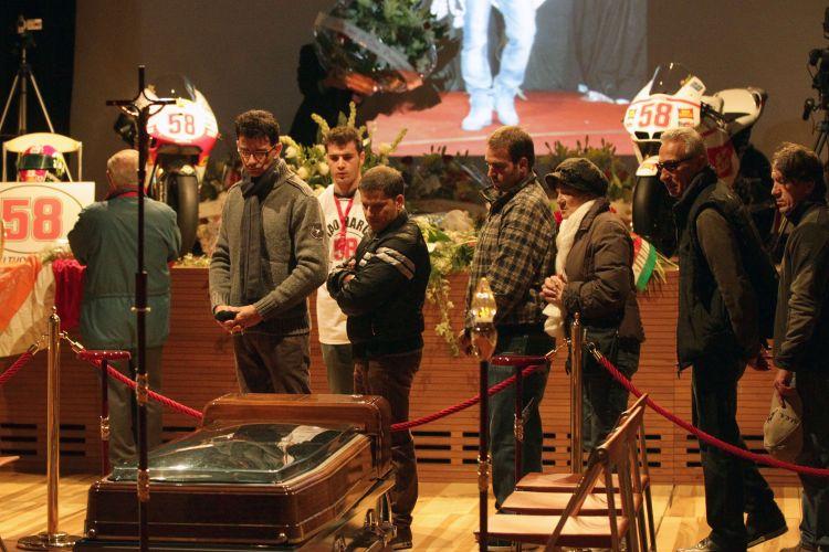 Velório de Marco Simoncelli foi aberto ao público nesta quarta-feira (26). Duas motos usadas pelo piloto italiano foram colocadas no teatro municipal de Coriano, cidade italiana na qual vive a família de