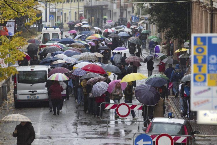 Centenas de pessoas formaram fila para despedida de Marco Simoncelli. Velório do piloto está sendo realizado na cidade italiana de Coriano, na qual vive sua família