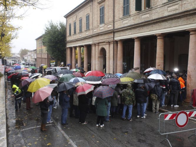 Mesmo sob chuva, centenas de pessoas formam fila para acompanhar velrio de Marco Simoncelli. Piloto italiano est sendo velado no teatro municipal do teatro municipal de Coriano