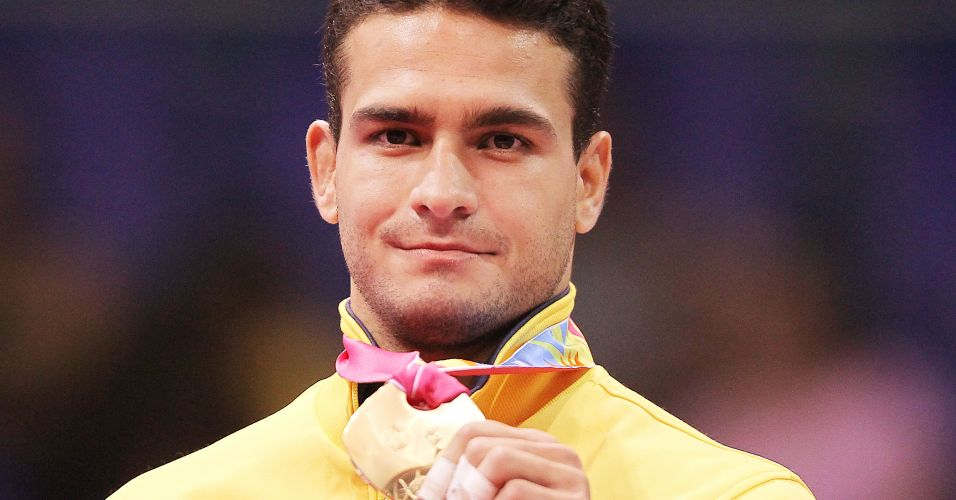 Leandro Guilheiro comemora exibindo medalha de ouro conquistada no Pan de Guadalajara