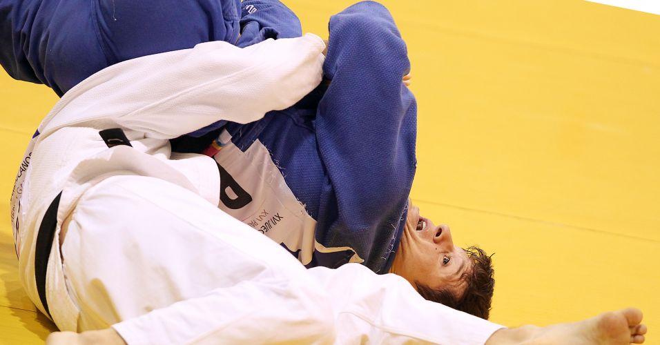 Leandro Cunha tenta golpe na final da categoria 66kg; brasileiro conquistou a medalha de ouro após vencer o americano Keneth Hashimoto