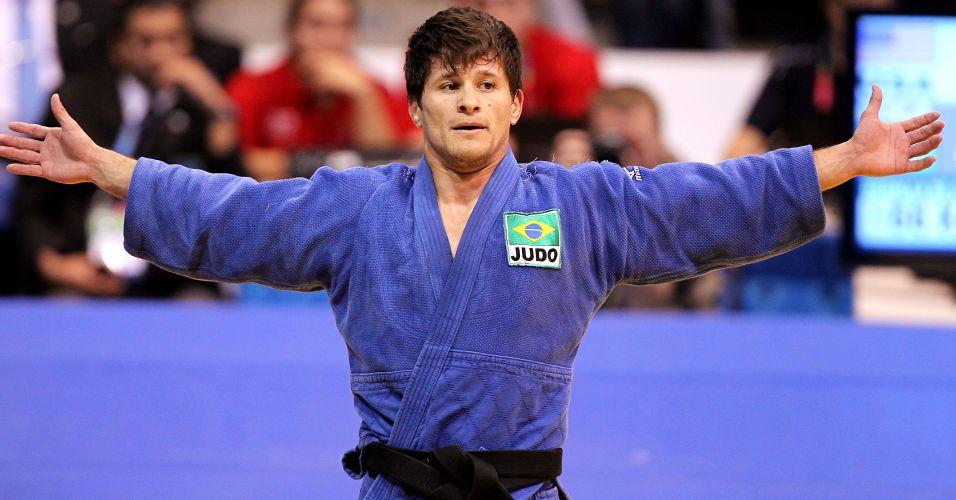 Leandro Cunha comemora após vencer o americano Keneth Hashimoto e conquistar a medalha de ouro na categoria 66 kg