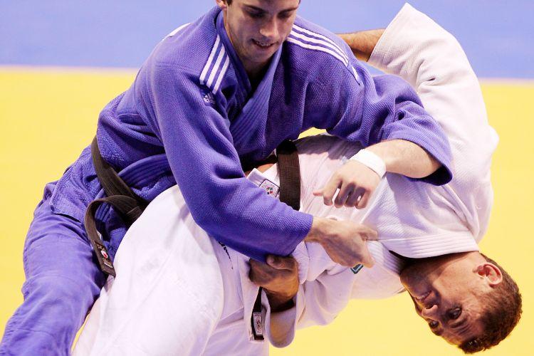 Bruno Mendonça (de branco) conquistou a medalha de ouro ao vencer o argentino Alejandro Clara com um ippon em menos de 20 segundos de luta