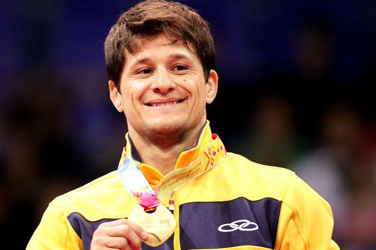 Leandro Cunha sorri com a medalha de ouro no pódio; judoca foi campeão ao bater na final o americano Keneth Hashimoto