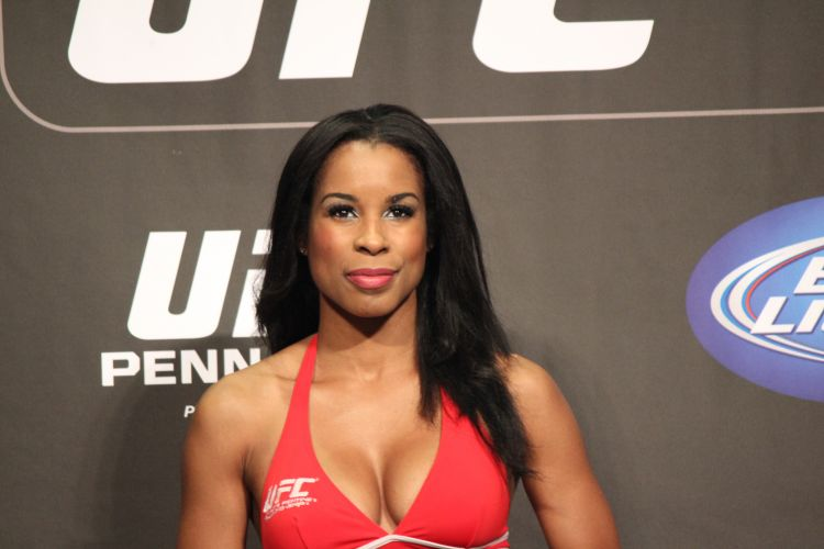 Ring Girl Chandela Powell posa durante pesagem do UFC 137, em Las Vegas