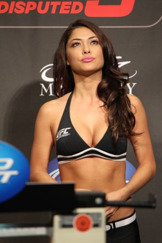 Ring Girl Arianny Celeste posa durante pesagem do UFC 137, em Las Vegas