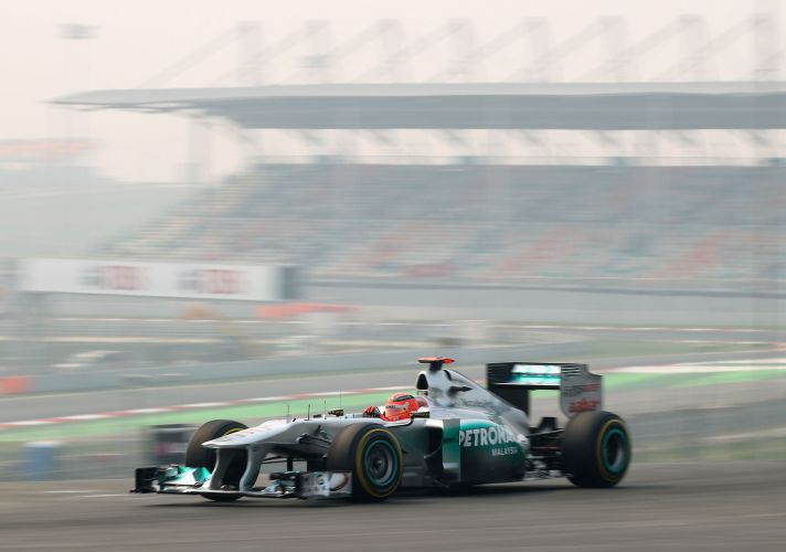 Michael Schumacher acelera sua Mercedes durante os treinos livres para o GP da Índia no circuito de Buddh