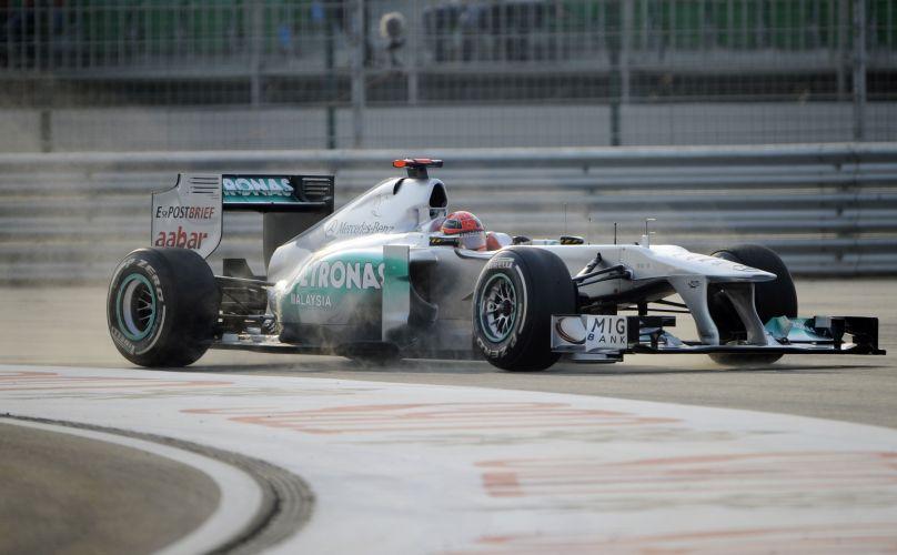 Michael Schumacher dá um passeio fora da pista durante os treinos livres para o GP da Índia