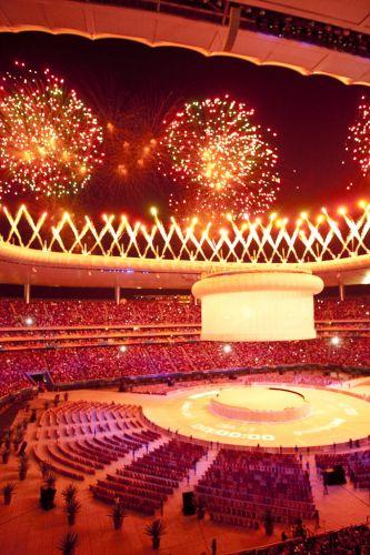 Fogos de artifício iluminam o estádio Omnlife, palco da despedida do Pan
