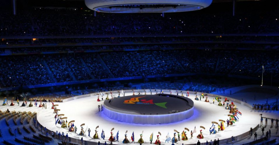 Desfile de bandeiras no estádio que recebe o encerramento do Pan