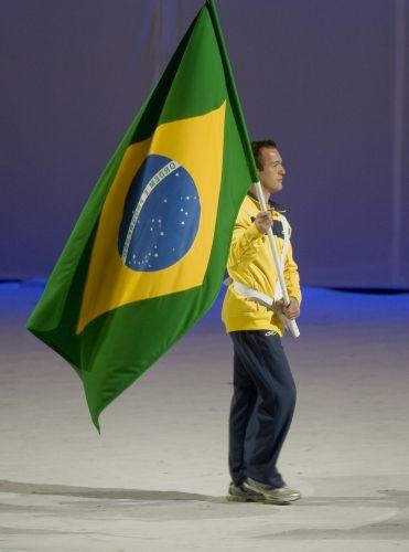 Com ótima participação no Pan-2011, Diego Hypolito carrega bandeira brasileira no encerramento da competição