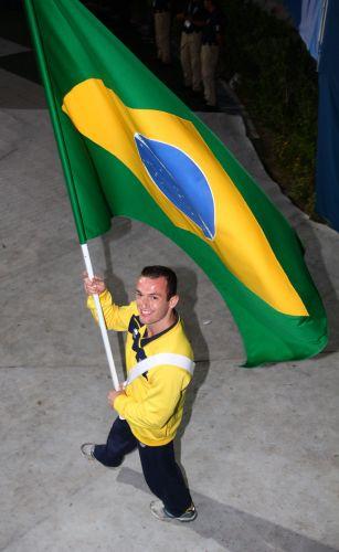 Diego Hypolito é o responsável por levar a bandeira brasileira no encerramento do Pan-2011