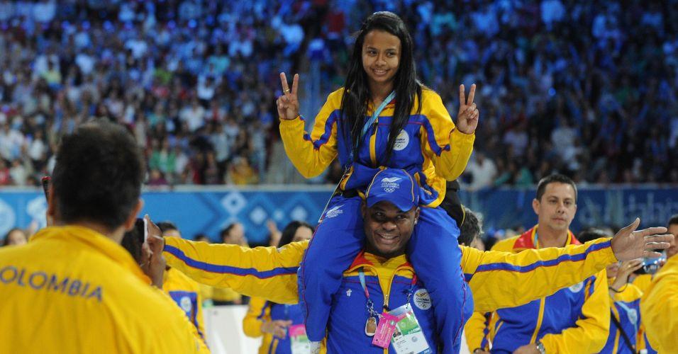 Atleta da delegação colombiana sobe nas costas de companheiro para tirar foto durante despedida do Pan-Americano