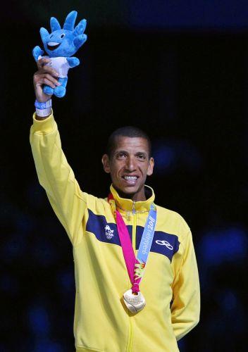 Maratonista Solonei Silva agradece aplausos após receber medalha de ouro na cerimônia de encerramento do Pan