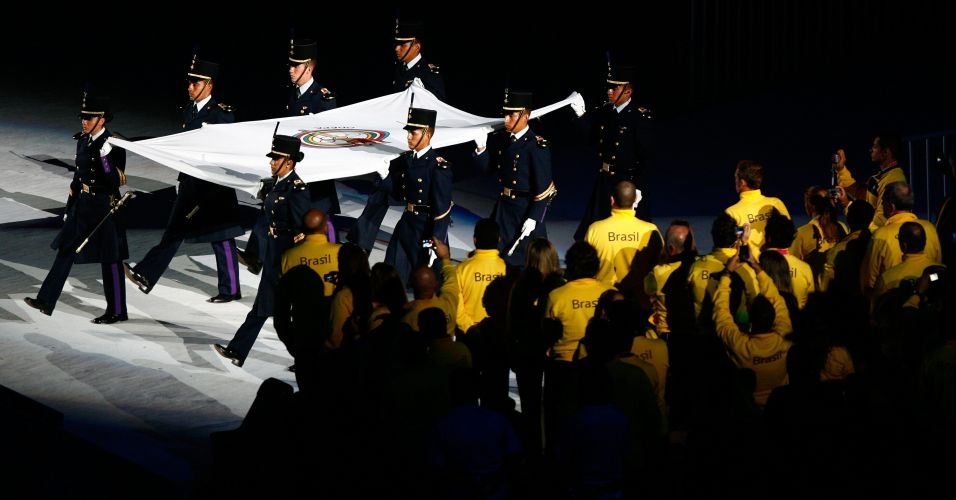 Delegação brasileira observa bandeira da Odepa ser carregada por oficiais durante festa que encerra o Pan