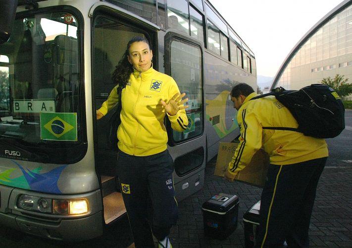Sheilla desce do ônibus na chegada do Brasil para o confronto diante da equipe americana na estreia da Copa do Mundo