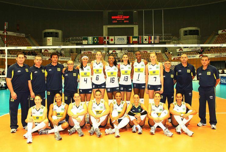 Jogadoras do Brasil posam para a foto oficial da equipe antes da estreia ante os Estados Unidos