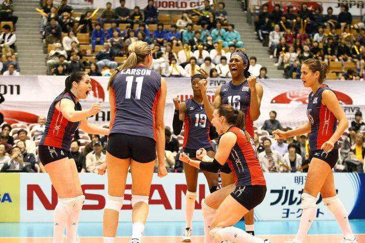 Jogadoras americanas comemoram a vitória sobre o Brasil na estreia das equipes na Copa do Mundo de vôlei, disputada no Japão