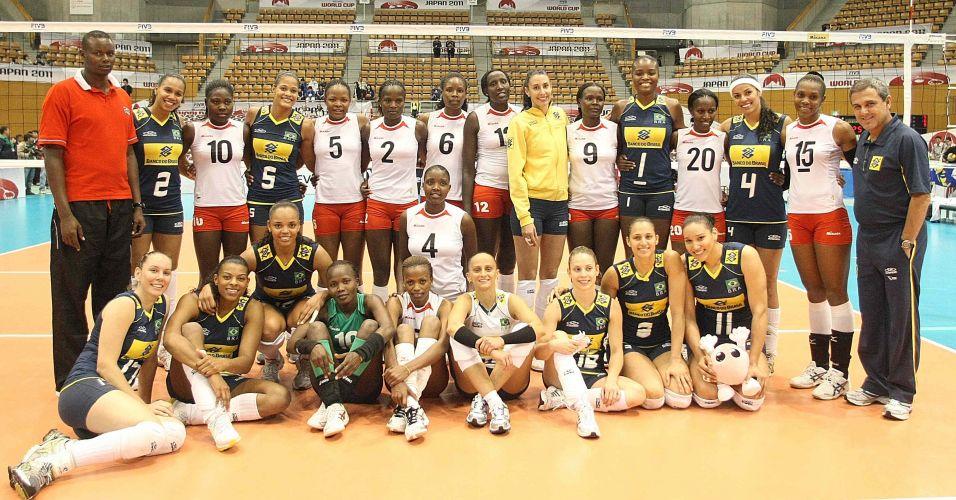 Jogadoras e técnicos de Brasil e Quênia posam juntos antes do confronto deste sábado válido pelo grupo B da Copa do Mundo feminina de vôlei