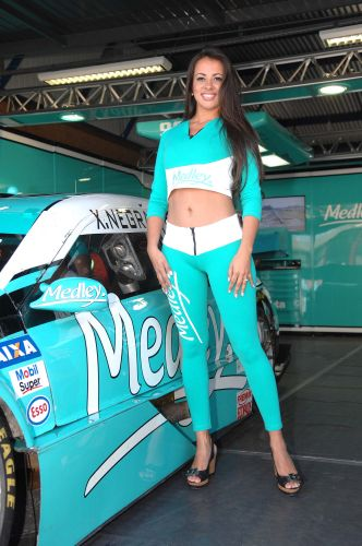 Grid girl posa ao lado do carro de Xandinho Negro antes da etapa do Velopark