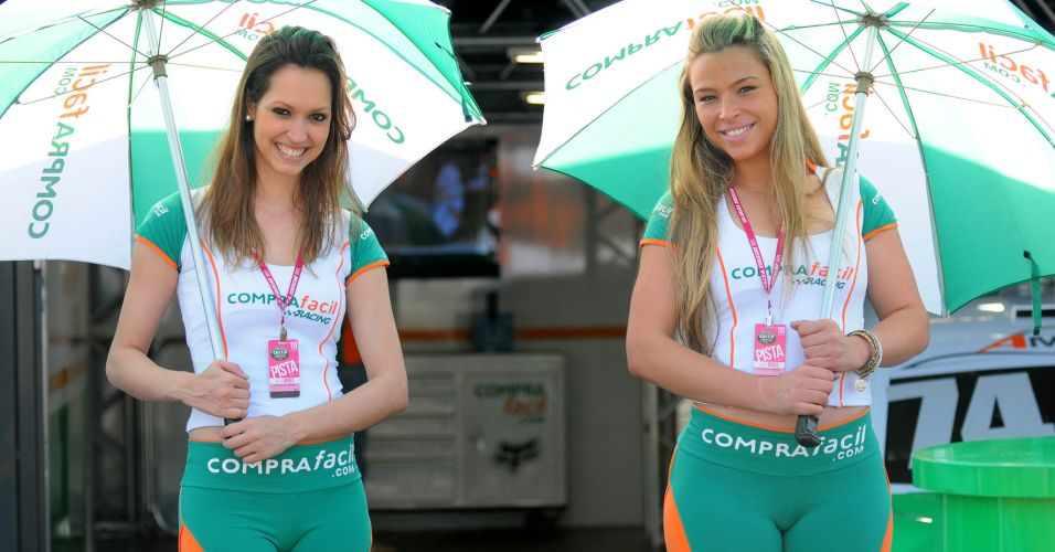 Grid girls circulam pelo paddock do Velopark antes da corrida decisiva da Stock Car
