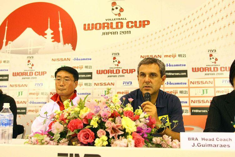 Técnico José Roberto Guimarães responde à pergunta durante a entrevista coletiva após a vitória sobre a Coreia do Sul