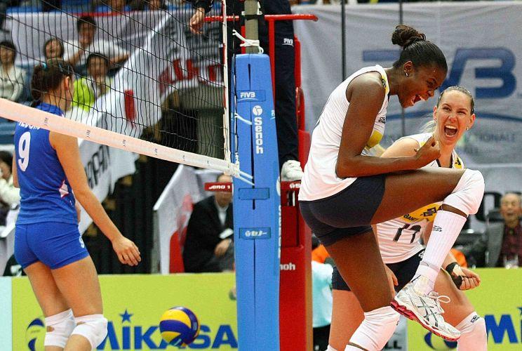 Fabiana e Fabíola festejam ponto brasileiro na vitória sobre a Sérvia, nesta quarta-feira