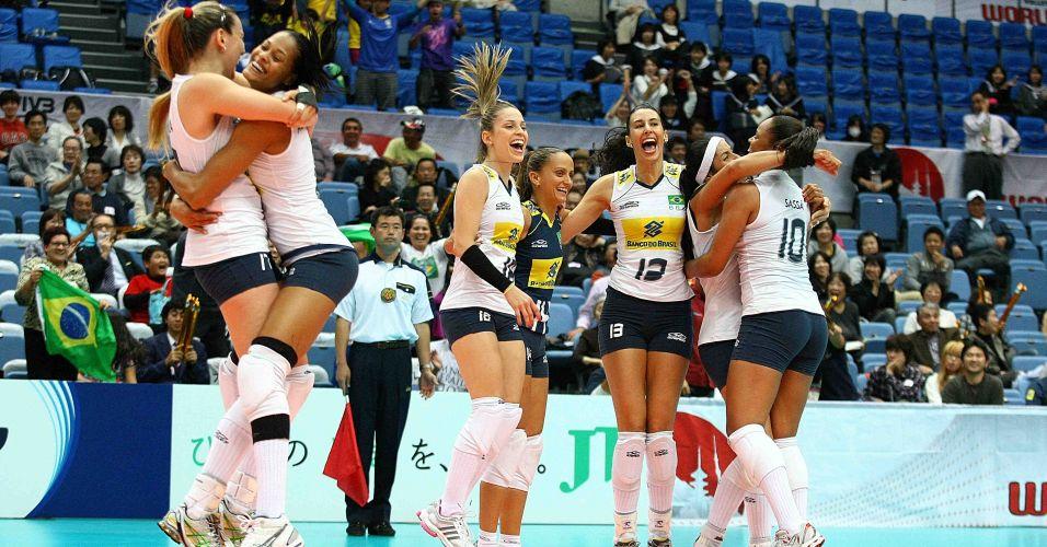Jogadoras brasileiras comemoram a vitória de virada sobre a Sérvia - Brasil venceu por 3 sets a 2, mas chegou a estar perdendo por 2 a 0