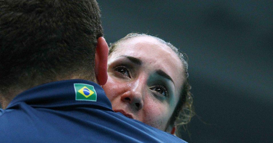 Thaísa chora após o Brasil conseguir vencer a Sérvia, de virada, por 3 sets a 2, pela quinta rodada da Copa do Mundo