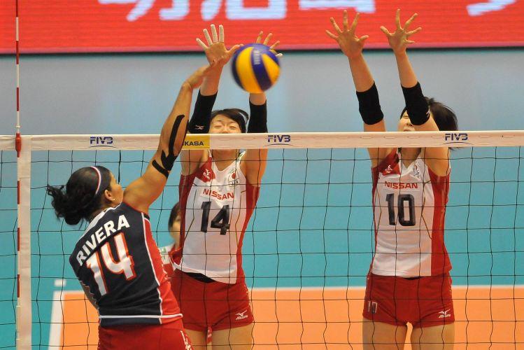 Atacante Rivera, da República Dominicana, tenta superar bloqueio do Japão; asiáticas venceram por 3 sets a 0 e ocupam a 6ª colocação no torneio