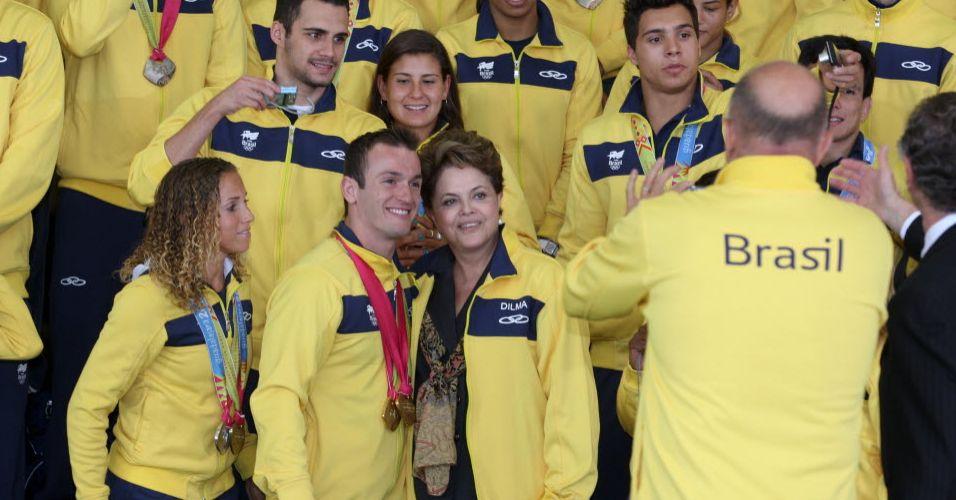 Diego Hypólito posa ao lado da presidente Dilma para foto. Atleta conquistou três ouros em Guadalajara.