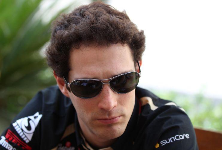 Bruno Senna, piloto da Renault, chega ao autódromo de Yas Marina, nos Emirados Árabes
