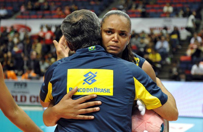 Sassá abraça o técnico Zé Roberto após a vitória brasileira por 3 sets a 2 contra a China