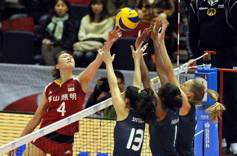 A chinesa Ruoqi Hui enfrenta o bloqueio triplo brasileiro