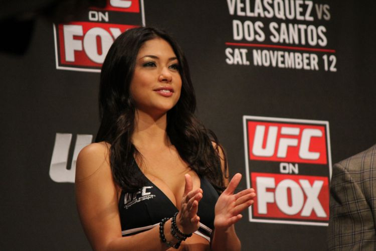 Ring girl Arianny Celeste foi com um modelito preto para a pesagem do combate entre Cigano e Velsquez