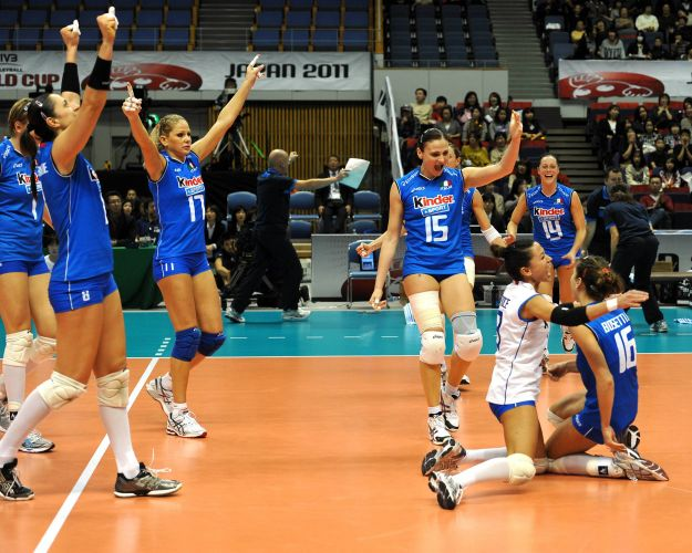 Italianas comemoram ponto na vitria por 3 sets a 0 sobre a seleo brasileira, neste sbado