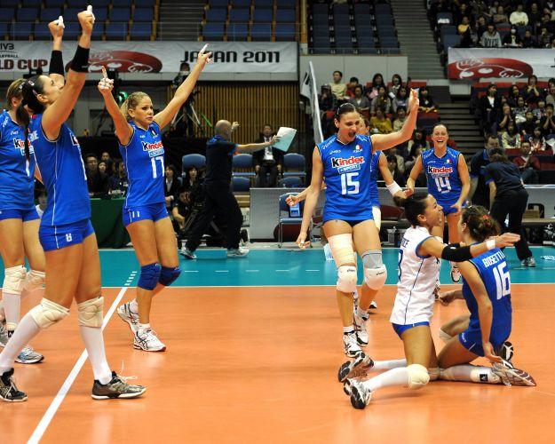 Italianas comemoram ponto na vitória por 3 sets a 0 sobre a seleção brasileira, neste sábado