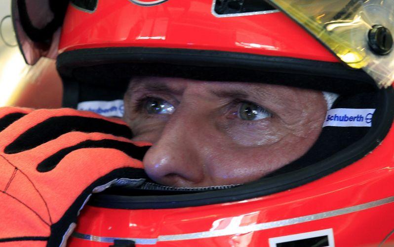 Michael Schumacher se prepara para entrar na pista de Yas Marina e tentar uma volta rápida no treino de classificação para o GP dos Emirados Árabes