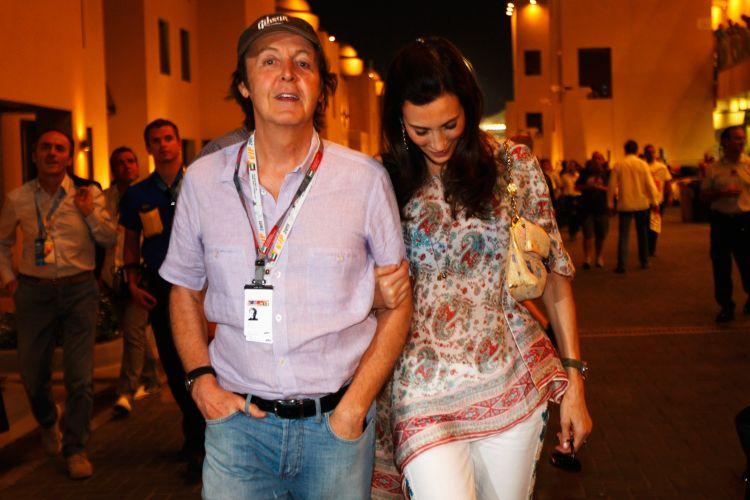 O cantor Paul McCartney foi ao autódromo de Yas Marina e acompanhou o treino de classificação para o GP dos Emirados Árabes. Ex-beatle viu Sebastian Vettel conquistar a pole position e igualar o recorde de Nigel Mansell, com 14 poles em uma mesma temporada