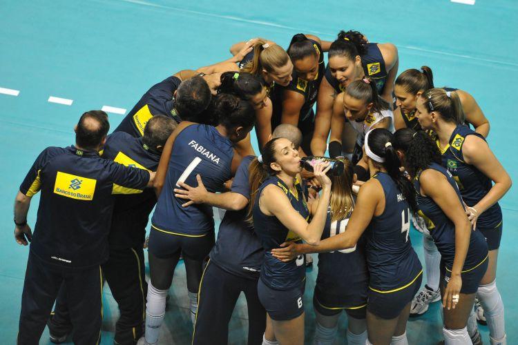 Brasileiras se unem antes do início da partida contra o Japão, no qual foram derrotadas por 3 sets a 0