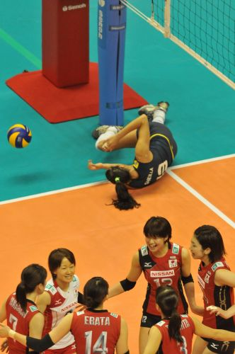Sheilla fica caída no chão após tentar defender um ataque da seleção japonesa, na derrota do Brasil por 3 sets a 0