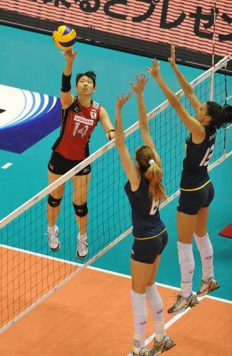 Yukiko Ebata ataca contra o bloqueio de Thaísa e Sheilla; japonesas venceram o Brasil por 3 sets a 0 e complicaram a situação da seleção na Copa do Mundo