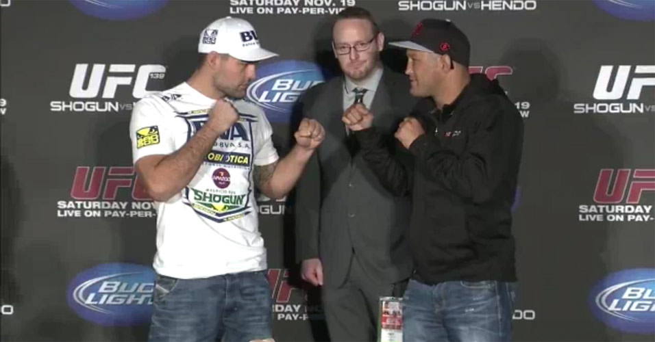 Maurcio Shogun encara Dan Henderson aps a coletiva de imprensa do UFC 139