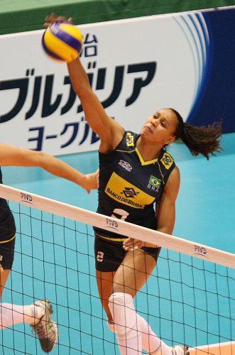Juciely sobe livre para atacar na vitória brasileira