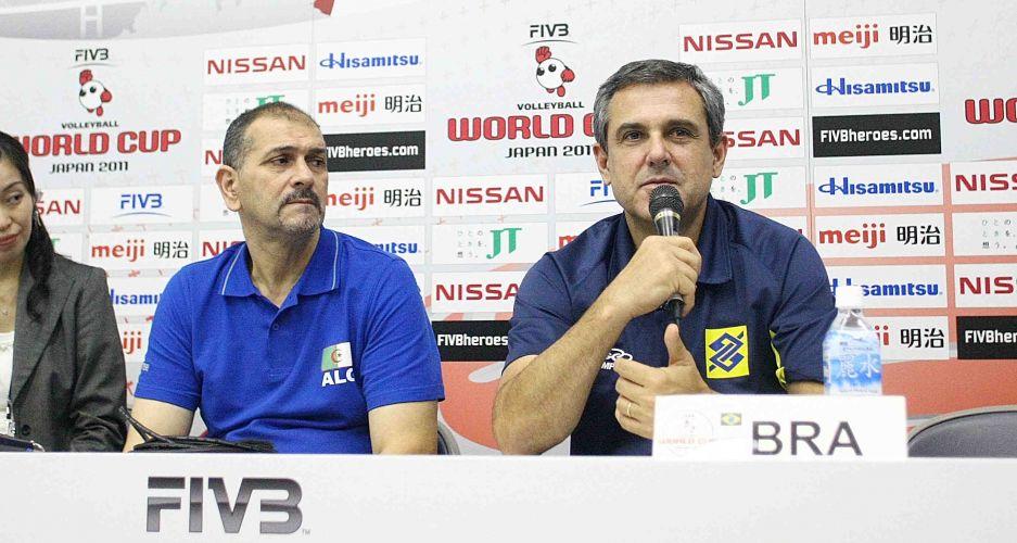 O técnico da Argélia, Ahmed Boukcem (esq), e o treinador do Brasil, José Roberto Guimarães, falam com a imprensa em coletiva após a partida