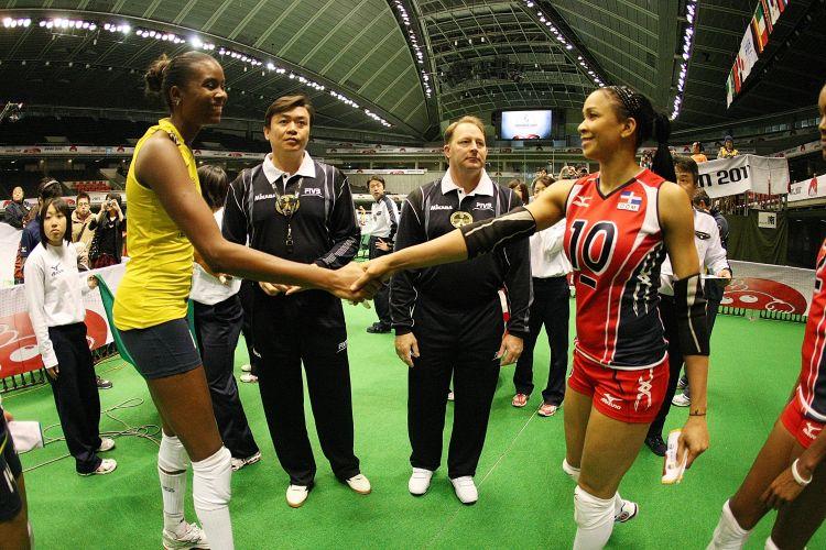 As capitãs das duas seleções se cumprimentam antes do início da partida entre Brasil e República Dominicana pela Copa do Mundo de vôlei