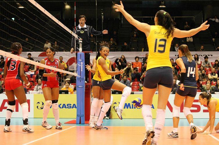 Vibração da equipe brasileira durante a vitória por 3 sets a 0 contra a República Dominicana