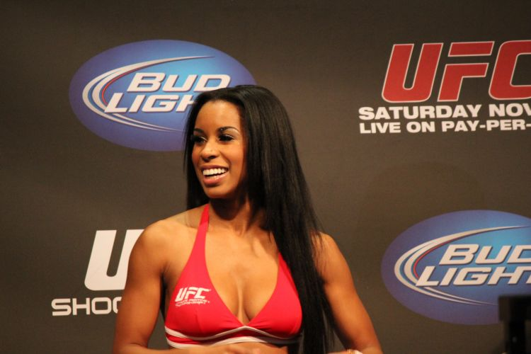 Ring Girl acompanha a pesagem do UFC 139